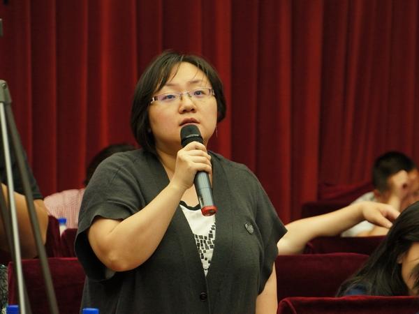 2013年5月20日下午2时30分,文化部举行新闻发布会介绍第四节中国成都国际非物质文化遗产节有关情况。图为中国旅游报记者提问。文化部政府门户网站记者杨倩 摄。