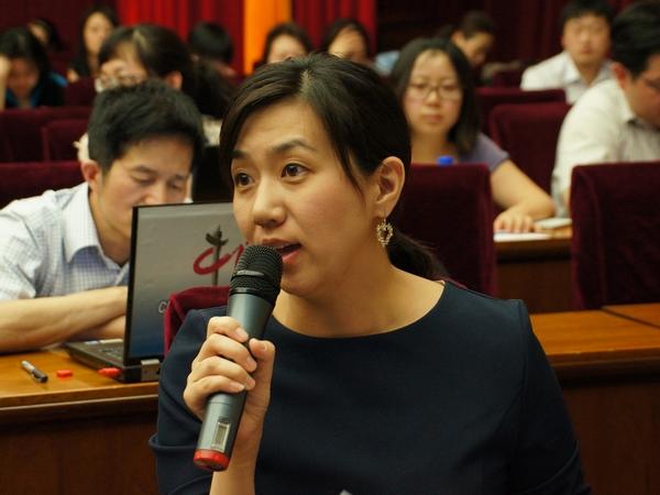 2013年5月20日下午2时30分,文化部举行新闻发布会介绍第四节中国成都国际非物质文化遗产节有关情况。图为中央人民广播电台记者提问。文化部政府门户网站记者杨倩 摄。