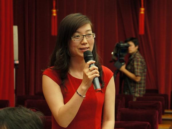 2013年5月20日下午2时30分,文化部举行新闻发布会介绍第四节中国成都国际非物质文化遗产节有关情况。图为海峡之声广播电台提问。文化部政府门户网站记者杨倩 摄。