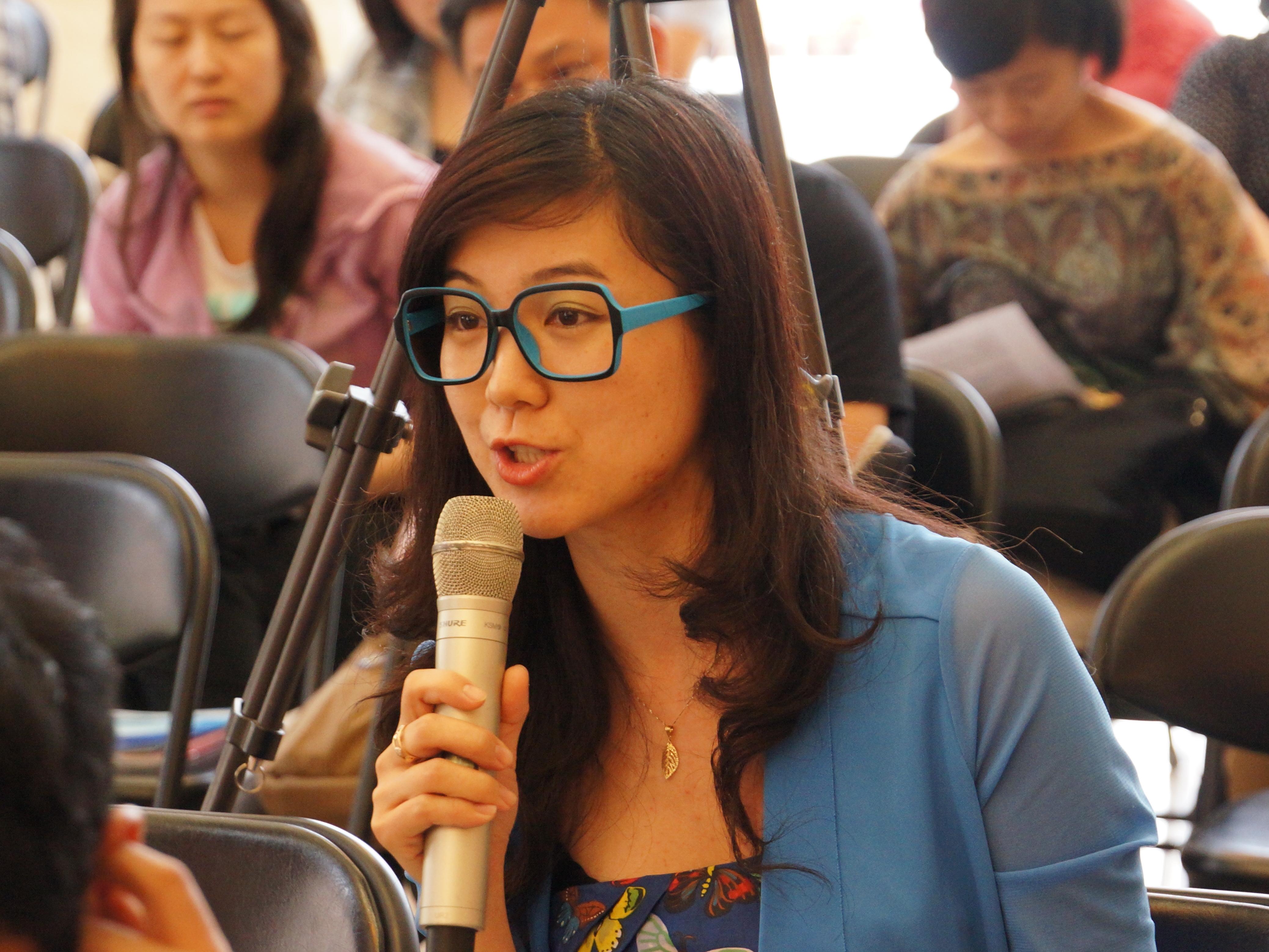 2013年5月22日下午2时30分,文化部举行新闻发布会介绍中国民族器乐民间月中组合展演有关情况。图为海峡之声记者提问。文化部政府门户网站记者杨倩 摄。
