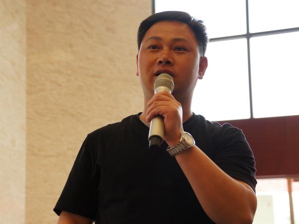 2013年5月22日下午2时30分,文化部举行新闻发布会介绍中国民族器乐民间月中组合展演有关情况。图为中国艺术报记者提问。文化部政府门户网站记者杨倩 摄。