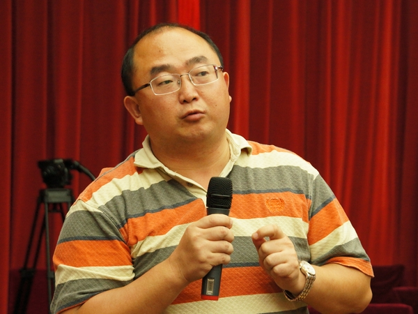 2013年8月21日上午10时30分,文化部举行新闻发布会介绍第一届中国国际马戏节有关情况。图为人民网记者提问。文化部政府门户网站记者杨倩 摄。