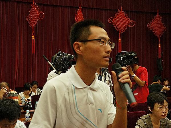 2013年8月21日上午10时30分,文化部举行新闻发布会介绍第一届中国国际马戏节有关情况。图为北京日报记者提问。文化部政府门户网站记者杨倩 摄。