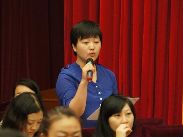 2013年8月21日上午10时30分,文化部举行新闻发布会介绍第一届中国国际马戏节有关情况。图为香港文汇报记者提问。文化部政府门户网站记者杨倩 摄。