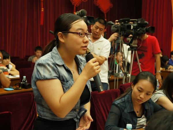 2013年8月21日上午10时30分,文化部举行新闻发布会介绍第一届中国国际马戏节有关情况。图为澳亚卫视记者提问。文化部政府门户网站记者杨倩 摄。