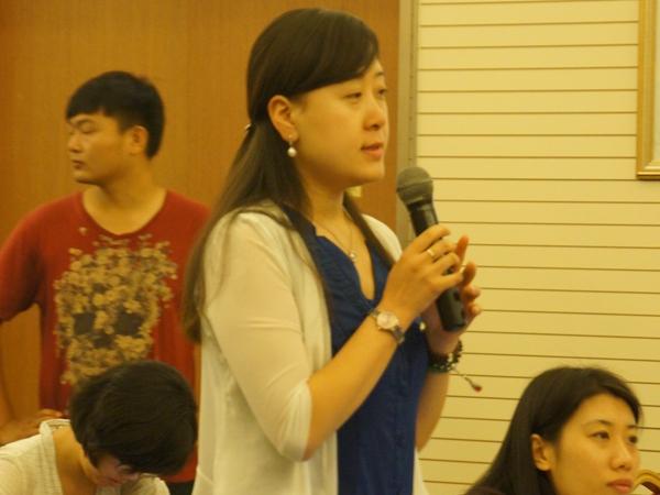 文化部于2014年8月20日上午10时举行季度例行新闻发布会,介绍有关工作情况。图为中国文化报记者提问。文化部政府门户网站记者马思伟 摄。