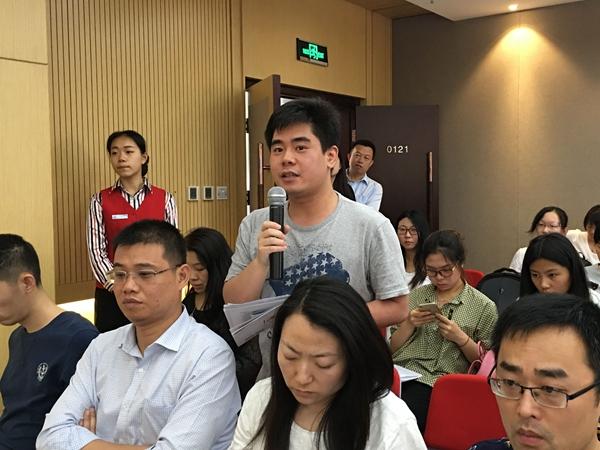 2016年5月31日上午10时,文化部召开新闻发布会,介绍中国图书馆学会年会、中国文化馆协会年会筹备情况。图为人民日报记者提问。文化部政府门户网站记者杨倩 摄。