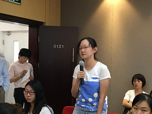 2016年5月31日上午10时,文化部召开新闻发布会,介绍中国图书馆学会年会、中国文化馆协会年会筹备情况。图为光明日报记者提问。文化部政府门户网站记者杨倩 摄。