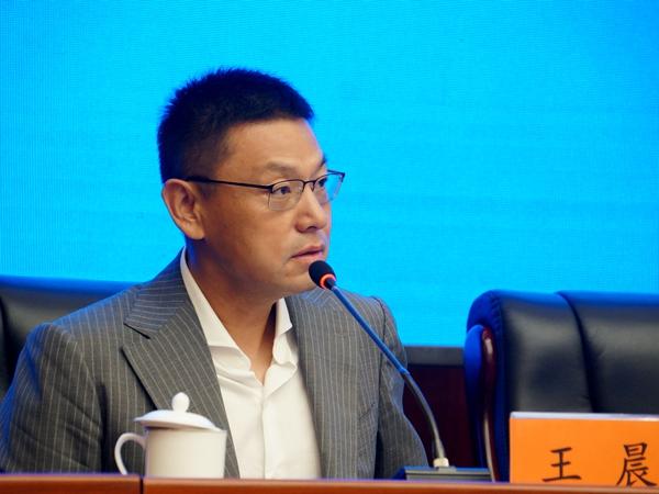 2017年8月22日上午10:00,文化部召开新闻发布会介绍第十五届亚洲艺术节相关情况。图为文化部对外文化联络局局长助理、主持人王晨。文化部政府门户网站记者杨倩 摄。