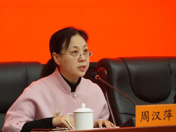 2017年12月12日下午15:00,文化部召开新闻发布会介绍第三届中国歌剧节相关情况。图为文化部艺术司副司长、主持人周汉萍。文化部政府门户网站记者杨倩 摄。