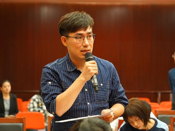 2018年9月27日下午3:00,文化和旅游部召开新闻发布会介绍2018年戏曲百戏(昆山)盛典的有关情况。图为中国文化报记者提问。文化和旅游部政府门户网站记者杨倩 摄。