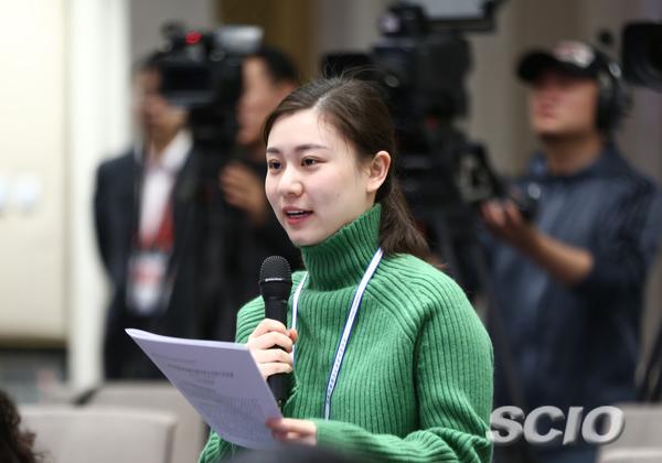 中央广播电视总台央视财经频道记者提问(刘健 摄)